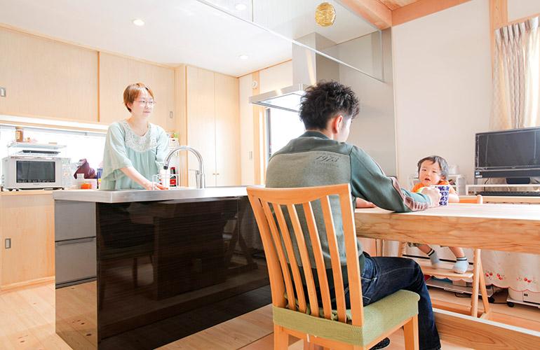 ペニンシュラキッチンからママが家族を感じる家